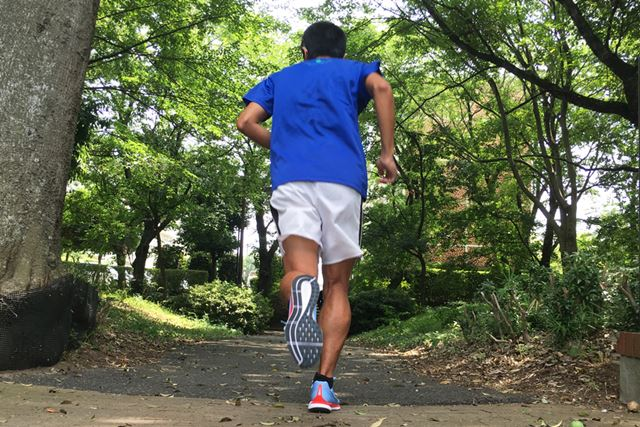 高い反発性によって、着地した足を押し返されるような感覚がもたらされます