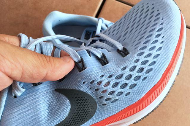 伸縮性のあるメッシュ素材が、しっかり足になじんでくれます