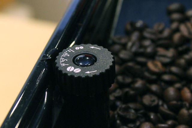 ESAM03110Sのミル部分。豆を挽くときの粗さを調整できるノブが搭載されています