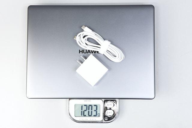 ACアダプター込みの重量は実測で1203g