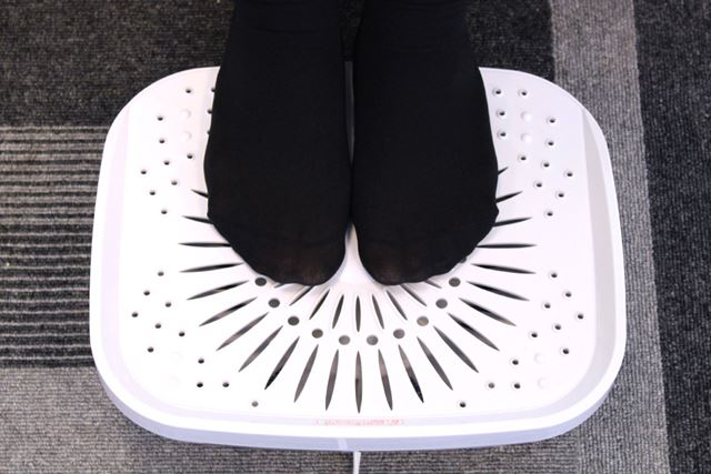 このように真ん中に足先を置くと、足の指の間に風が通ってカラッとします。水虫予防にもなりそう