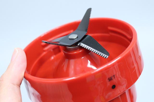 カッターは、チタンコーティングが施されたのこぎり状の4枚刃