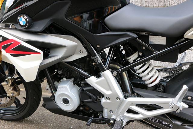 スチール製のパイプを組み合わせたフレームはエンジンを包み込むようなレイアウトとされ、剛性感も高い
