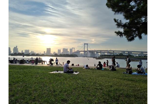 ビーチ沿いにある芝生で休憩しながら日の入りを待ちます