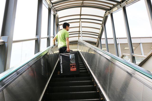 階段は少しつらいかもしれないので、エスカレーターやエレベーターを利用しましょう