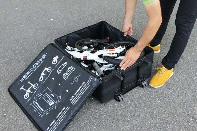キャリーケースを開いて、収納されている自転車を取り出しましょう