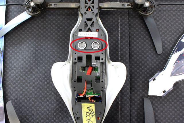 背面には、超音波センサーを搭載。地表や水面から一定の距離(35cmか60cm)を常にキープして飛行する
