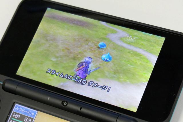 3DS版の3Dモードのバトルシーン。剣で切りつけたり魔法を唱えたりといったアクションが描かれます