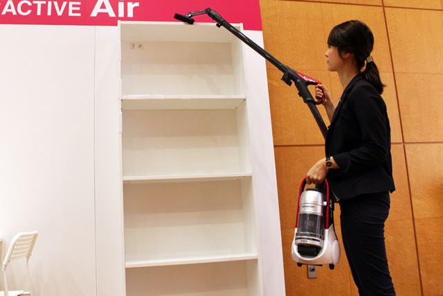これだけ軽いので、本体を片方の手で持ちながら高所の掃除も余裕! 家中を掃除したくなるほどの軽さです