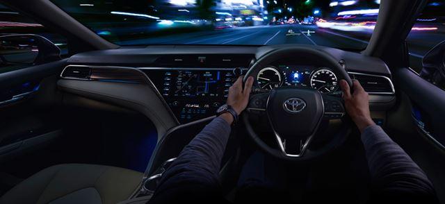 運転席からの視界が広くサイズ感をつかみやすい。大型のボディだが、運転のしやすさはかなりのもの