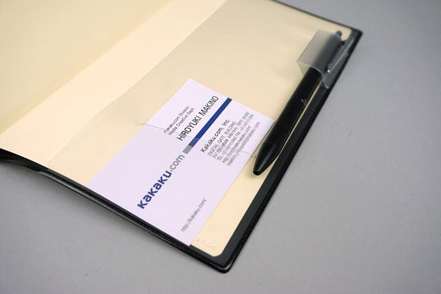 多色ボールペンもセットできる幅広のペンホルダー付き。カードや名刺を挿し込めるスリットも付属する
