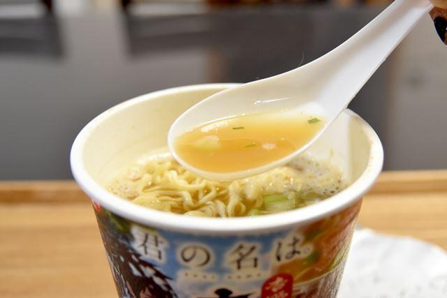 スープは鶏ガラをベースに、魚介をきかせた醤油味です