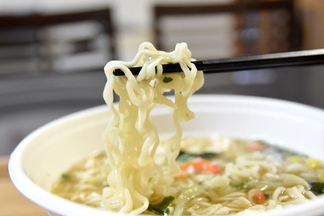 麺は、国産小麦を使用した縮れ麺です