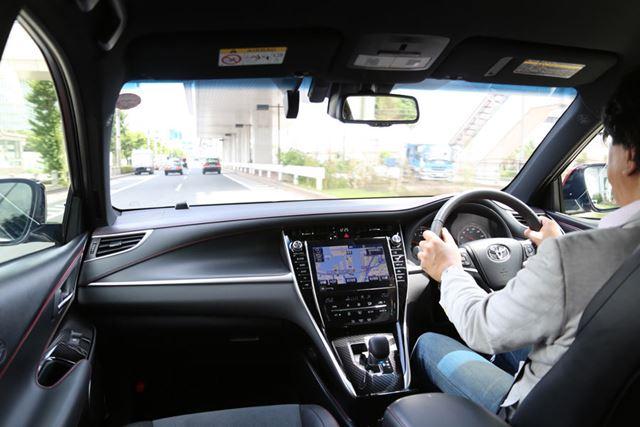 トヨタ 新型「ハリアーターボ」試乗の様子/試乗ドライバーは綿ねべ陽一郎氏