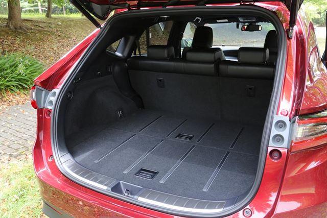 トヨタ 新型「ハリアーターボ」の荷室