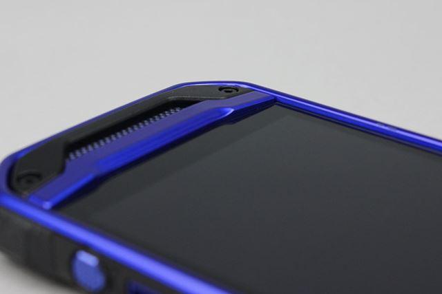ディスプレイを囲む盛り上がった側面のフレーム。厚みは1mm程度だが、ディスプレイを守る効果は大きい
