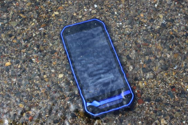 普通のスマートフォンでタブーの海水だが、本機ならもちろん壊れることはない