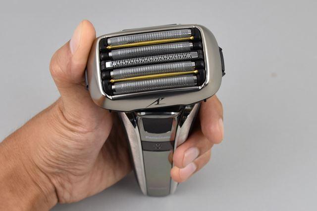 新しく搭載されたヘッド部分のツイストの動き。反時計回り(写真)と時計回りに約10°ずつ可動する