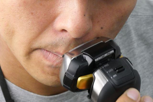 ヘッドは大きめだが、剃りづらい鼻の直下もしっかり刃が届く