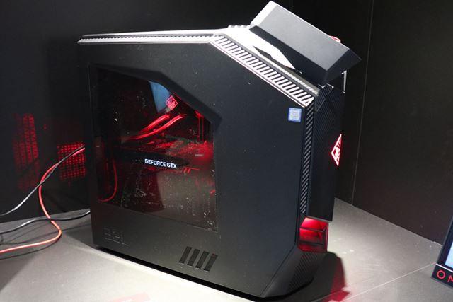 水冷モデルは、サイドパネルがシースルーで内部が赤く光る仕様