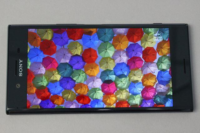 4K HDR対応の液晶ディスプレイを搭載。4K HDR対応の動画コンテンツをスマートフォンで再生できる