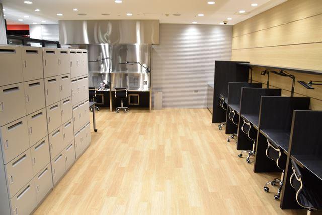 ペインティングルームはビルドルームとは別で用意。塗装用のエアブラシなども自由に使える