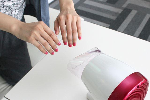 ネイルを乾かすときにも便利! 両手同時に乾かせます。こやつ、使える……