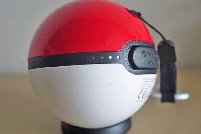 バッテリー残量は左側面にLEDライトで表示されます。現在は2つ点灯しているので50%というところ