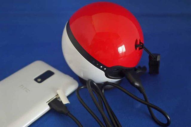 付属のmicro USBケーブルを使って充電します。本体正面の丸いボタンを押すと充電開始です