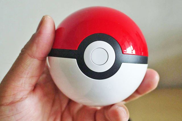 手に持つとこんな感じで、ちょうどいいサイズ感。本物のモンスターボールもこのくらいの大きさでしょうか?