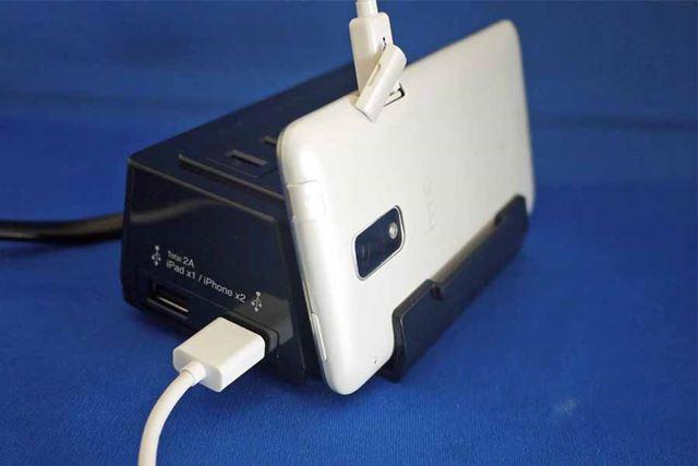 スマホなどはサイドのUSB端子から給電できるようになっています