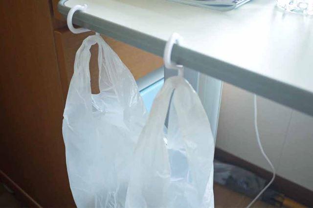 こうやってビニール袋を引っ掛けて簡易ゴミ箱として使うなど、便利ですよ
