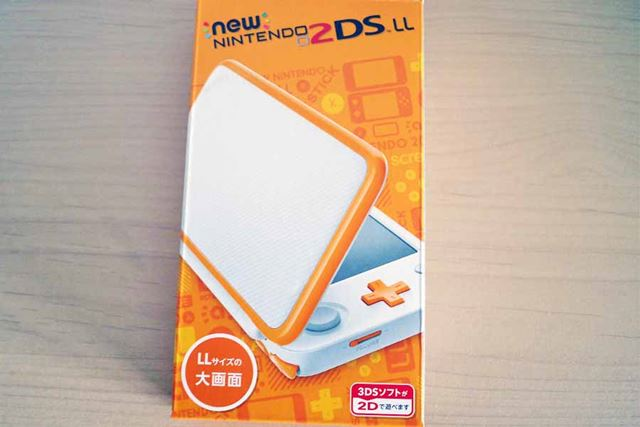 「ブラック×ターコイズ」「ホワイト×オレンジ」の2色のカラーバリエーションで発売された「2DS LL」