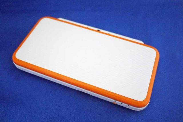 「ホワイト×オレンジ」本体です。白いDSシリーズはひさしぶり。オレンジのワンポイントも鮮やかです