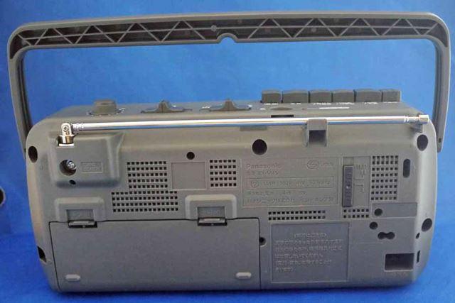 本体背面です。付属のACコードで電源を取るほか、単1形乾電池×4本に対応しています