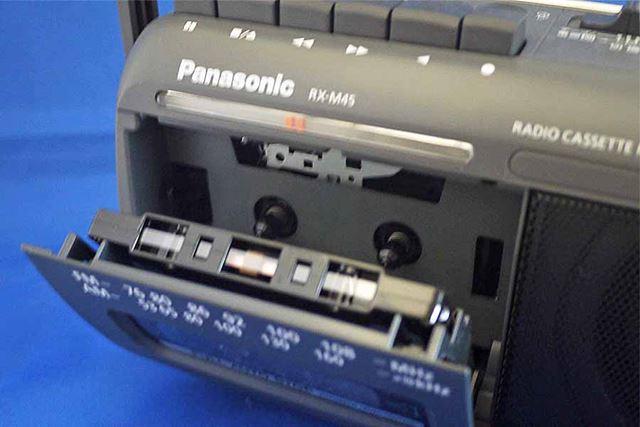カセットをテープ面が上にするようにセットして