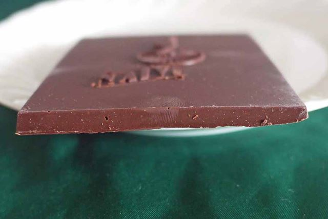 薄い板チョコですが、砂糖のシャリっとした食感が楽しめる不思議なビターチョコです