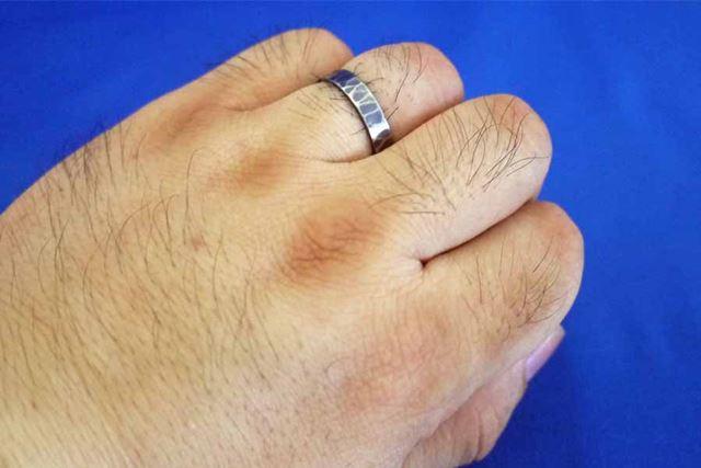 はい、おっさんの指のアップです。左手薬指、結婚指輪からはみ出してますよね