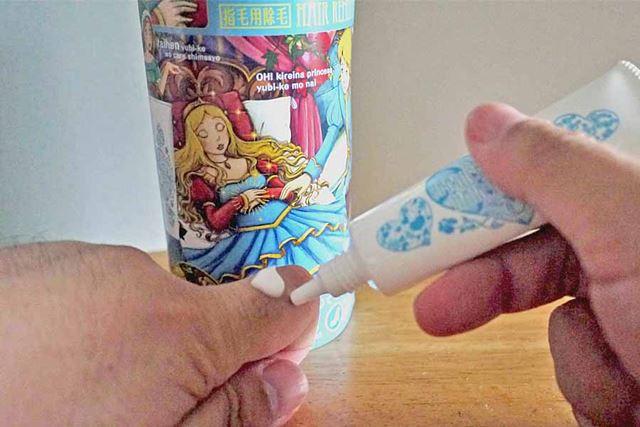 チューブタイプの容器なので、そのまま指に塗布することができます