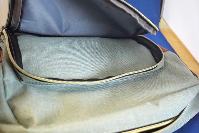 正面の中サイズのポケットにはポケットティッシュなど入れておくと便利