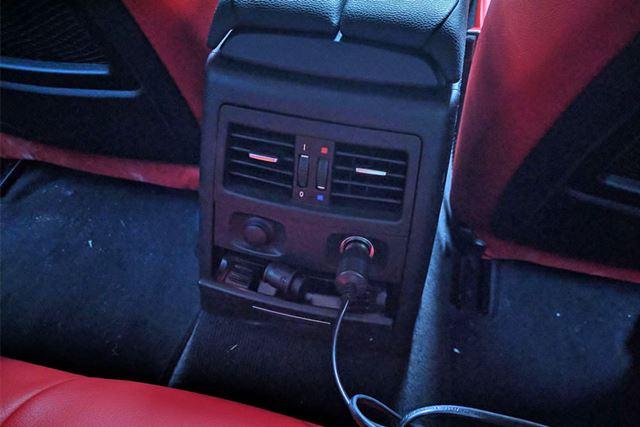 車内のシガーソケットから電源をとります