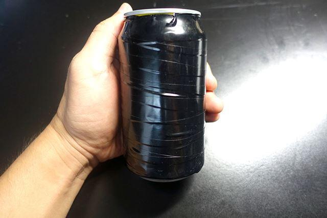 熱の吸収をよくするために、缶のまわりに黒いビニールテープを貼り付けて