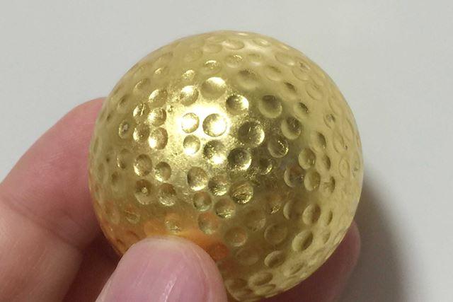 ディンプル(ボール表面ののくぼみ)があるにもかかわらず、非常にていねいにきれいに金箔がコートされています
