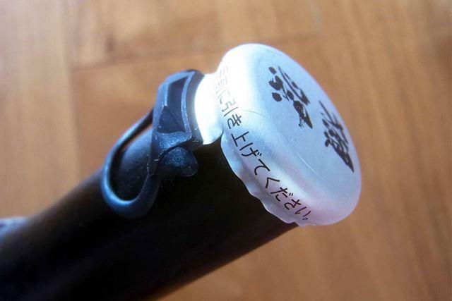シャンパンのように硬い栓ではなく、誰でも簡単に開けられる栓になっています