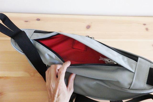 背の部分にあるポケット。薄いものを入れておくのに最適
