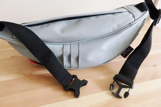 ベルトはバックル式でワンタッチで着脱。長さも調整できるので、斜め掛けにして背負うことも可能