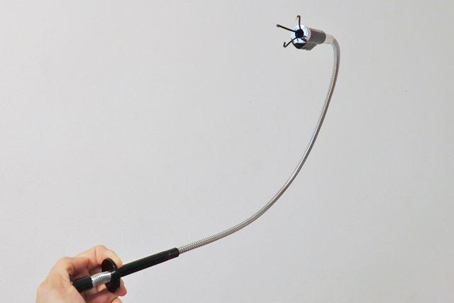 手元のハンドル部分。押すと先端部分からツメが飛び出し、物をつかむことができます