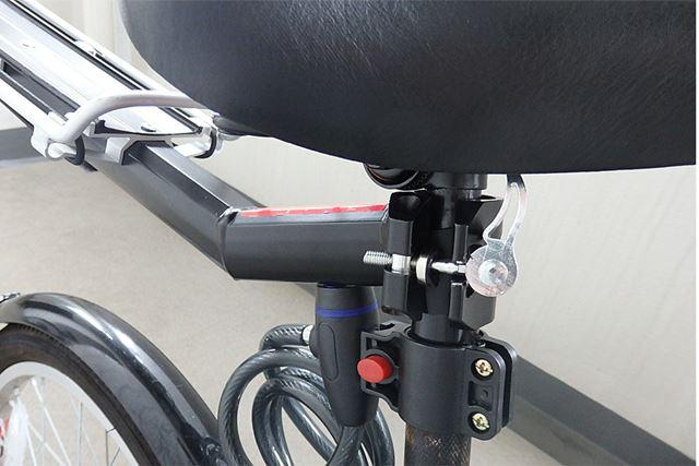 シート下のポールを挟み込み、レバーを回転させて固定します