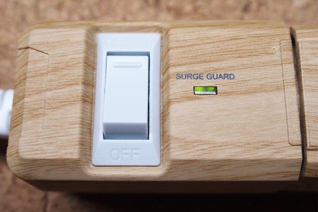 電源スイッチで一気に電源のオン・オフができます。ブレーカー内蔵で使用電力がオーバーしても安心です