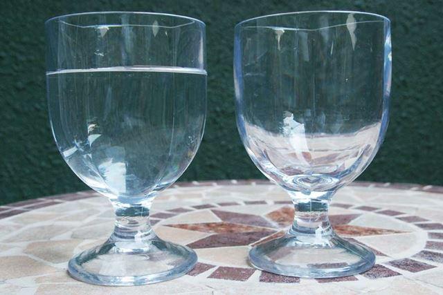 水を入れてみましたが、となりのグラスと比べてもかなりの透明度も保っています